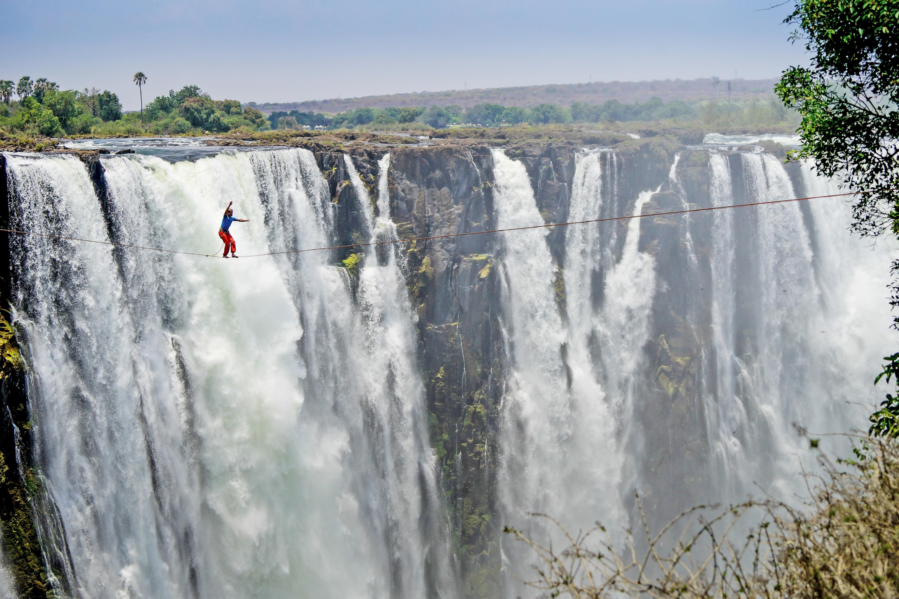 Slacklinen über dem Wasserfall